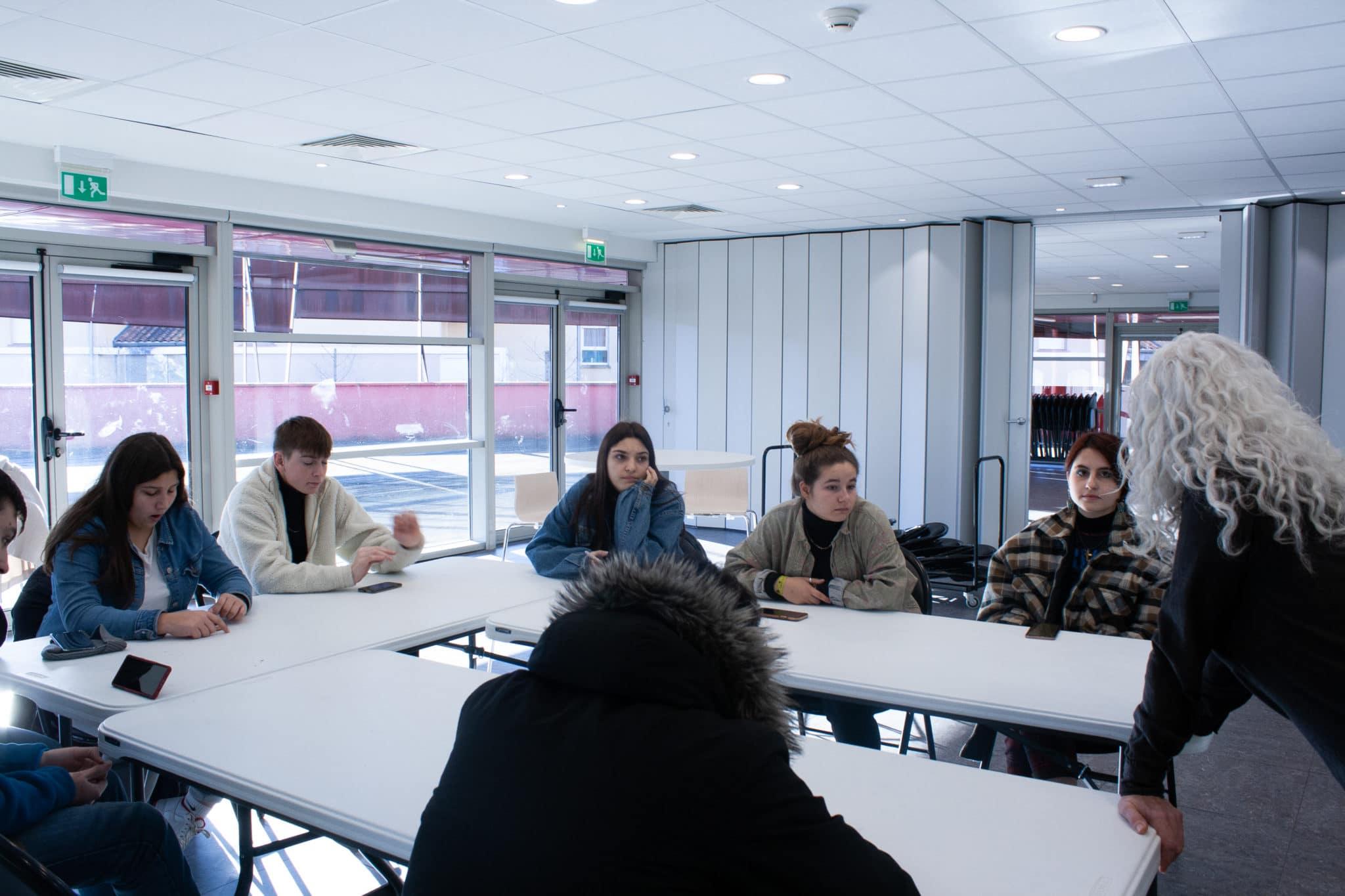 Gaëlle Chalton donne un cours d'interprétation aux jeunes